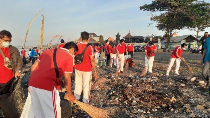 Peringati Bulan Bung Karno, Pemkab Gianyar Bersih-bersih Pantai dan Tanam Pohon