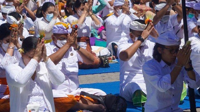 Pemkab Jembrana Ngaturang Penganyar di Pura Ulun Danu Batur Bangli