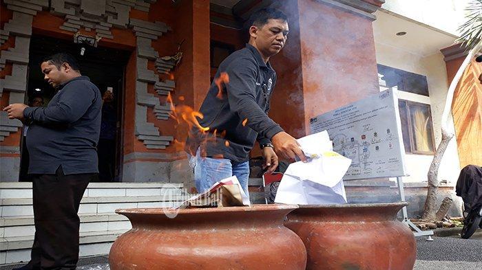 H-1 Pemilu, 572 Surat Suara Rusak dan Kelebihan di Denpasar Dimusnahkan