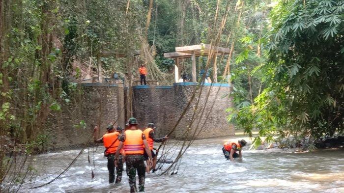 Yonzipul 18/YKR dalam pencarian Ni Komang Ayu Ardani di Sungai Petanu kawasan Goa Gajah, Desa Bedulu, Blahbatuh, Gianyar, Kamis 25 Maret 2021