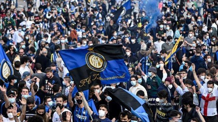 Pendukung FC Internazionale merayakan kemenangan di Piazza Duomo di Milan pada 2 Mei 2021, setelah tim tersebut memenangkan gelar Kejuaraan Serie A Italia.
