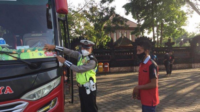 Ratusan Kendaraan di Jembrana Ditempeli Stiker Kampanye Taat Pakai Masker