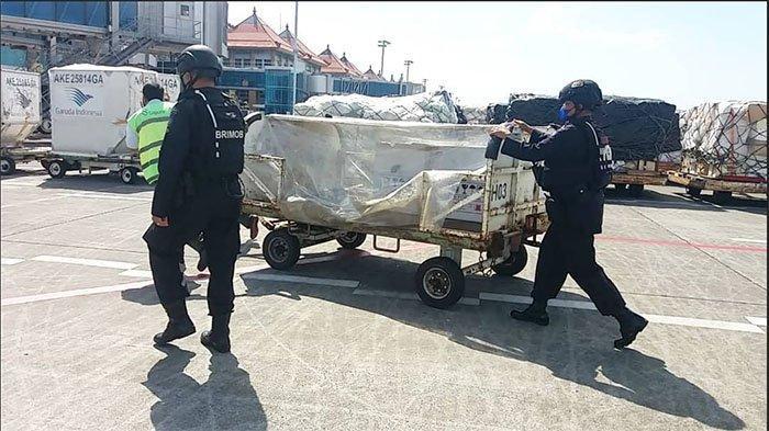 Bali Kedatangan 1.700 Vial Vaksin AstraZeneca, Polisi Lakukan Pengamanan dan Pengawalan Ketat