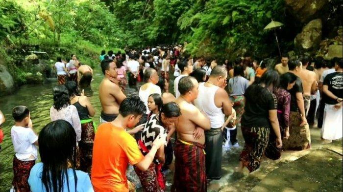 Hampir 10 Ribu Pamedek Tangkil ke Petirtaan Sudamala saat Piodalan Saraswati