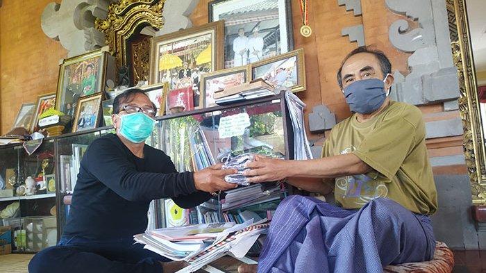 Beri Edukasi Terkait Protokol Kesehatan, Penglingsir Puri Klungkung Bagi-bagi Masker ke Masyarakat