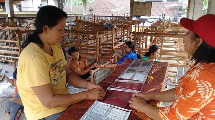 Penjualan Endek dari Pengrajin Asal Kecamatan Sidemen Karangasem Turun Drastis Karena Imbas covid-19