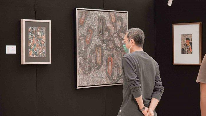 Pengunjung mall saat melihat karya lukis dalam pameran yang diadakan Seminyak Village