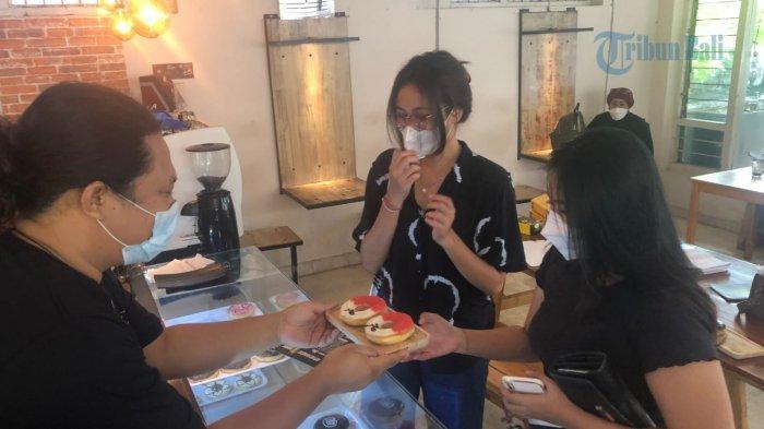 Hafal Pancasila & Lagu Indonesia Raya, Warung di Jembrana Ini Beri Donat 'Merah Putih' ke Pengunjung