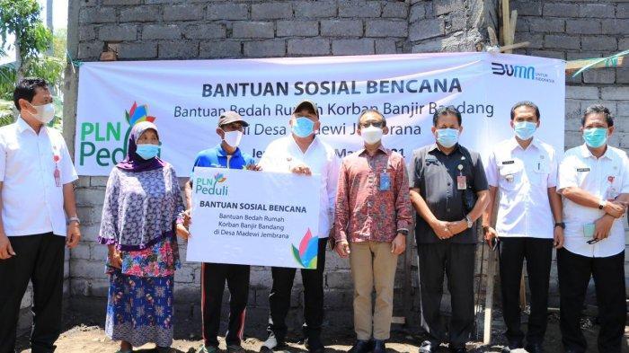 Bupati TambaGandeng PLN Bantu Bedah Rumah di Medewi Jembrana Bali