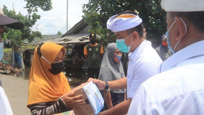 Usai Dilantik, Bupati Tamba Wabup Ipat Langsung Sembahyang dan Tinjau Korban Banjir Pengambengan