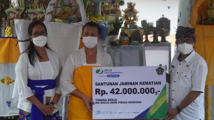 Santunan Almarhum Sulinggih Ida Pranda Gede Jenggala Wisara Diserahkan ke Ahli Waris