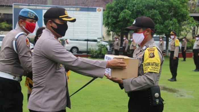 Kapolres Gianyar Serahkan Bantuan Masker, Hand Sanitizer dan Sembako dari Kapolda Bali