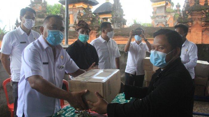 Bupati Tamba Serahkan Bantuan Warga Isolasi di Desa Batuagung Jembrana Bali