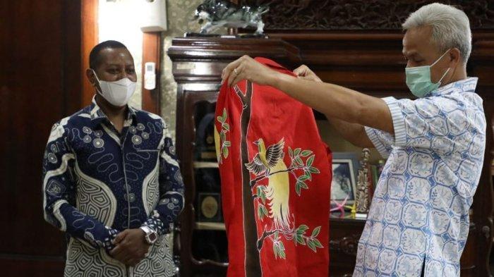 Gubernur Ganjar Terima Sepasang Batik Bermotif Burung Cenderawasih Khas Papua dari Rektor Uncen