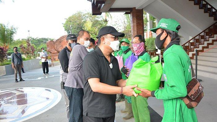 1.384 Paket Sembako Dibagikan Kepada Petugas Kebersihan di Denpasar