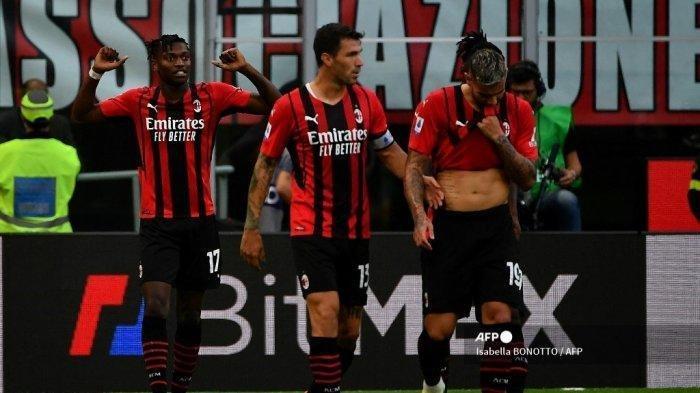 Penyerang AC Milan asal Portugal Rafael Leao (kiri) melakukan selebrasi dengan rekan satu timnya setelah mencetak gol dalam pertandingan sepak bola Serie A Italia antara AC Milan dan Lazio di Stadion San Siro di Milan, pada 12 September 2021. Isabella BONOTTO / AFP