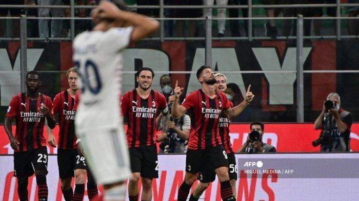 Penyerang AC Milan asal Prancis Olivier Giroud (kanan) melakukan selebrasi bersama rekan setimnya setelah ia mencetak gol keempat untuk timnya dalam pertandingan sepak bola Serie A Italia antara AC Milan dan Cagliari di stadion San Siro di Milan, pada 29 Agustus 2021. Miguel Medina/AFP