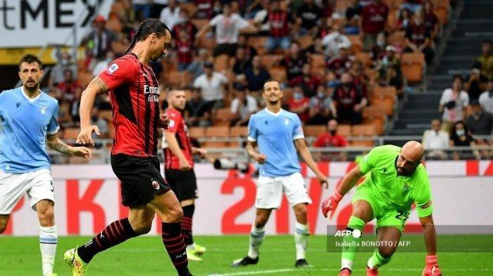 Penyerang AC Milan asal Swedia Zlatan Ibrahimovic menembak untuk mencetak gol kedua timnya selama pertandingan sepak bola Serie A Italia antara AC Milan dan Lazio di Stadion San Siro di Milan, pada 12 September 2021. Isabella BONOTTO / AFP