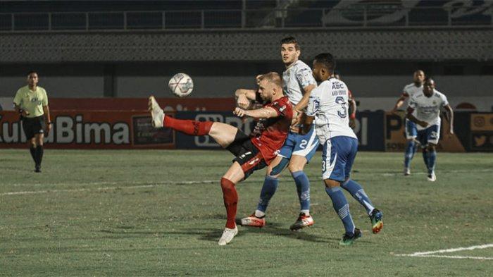 Penyerang Bali United Melvin Platje saat berduel dengan pemain belakang Persib Bandung di Stadion Indomilk Arena Tenggerang Banten Sabtu 18 September 2021.