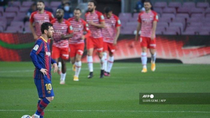 Penyerang Barcelona Lionel Messi bereaksi setelah penyerang Granada Jorge Molina mencetak gol selama pertandingan sepak bola Liga Spanyol antara Barcelona dan Granada di stadion Camp Nou di Barcelona pada 29 April 2021.