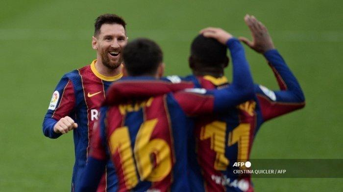 Penyerang Barcelona asal Prancis Ousmane Dembele (kanan) merayakan dengan penyerang Argentina Barcelona Lionel Messi (kiri) setelah mencetak gol selama pertandingan sepak bola liga Spanyol antara Sevilla FC dan FC Barcelona di stadion Ramon Sanchez Pizjuan di Seville pada 27 Februari 2021.