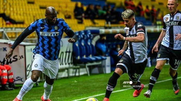 Penyerang Belgia Inter Milan Romelu Lukaku (kiri) dan bek Argentina Parma Lautaro Valenti mengejar bola selama pertandingan sepak bola Serie A Italia Parma vs Inter Milan pada 4 Maret 2021 di stadion Ennio-Tardini di Parma.