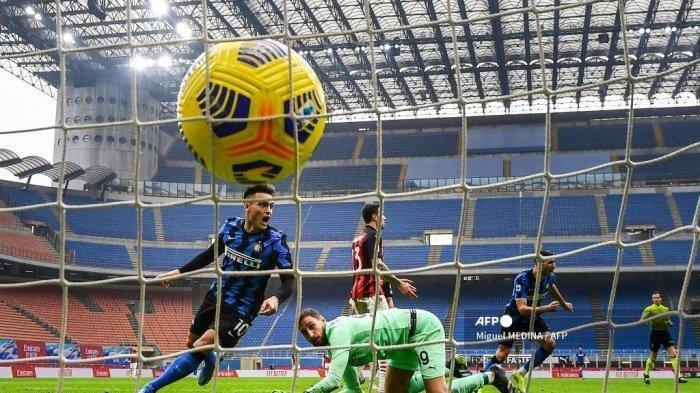 Penyerang Inter Milan asal Argentina Lautaro Martinez (Kiri) melakukan selebrasi setelah mencetak gol keduanya melewati penjaga gawang AC Milan Italia Gianluigi Donnarumma (Belakang C) selama pertandingan sepak bola Serie A Italia AC Milan vs Inter Milan pada 21 Februari 2021 di stadion San Siro di Milan . Miguel MEDINA / AFP