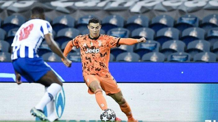 Penyerang Juventus Cristiano Ronaldo membawa bola dan diadang ketat pemain FC Porto di leg pertama babak 16 besar Liga Champions, Kamis 17 Februari 2021. Dilaga ini Juventus kalah 1-2 oleh FC Porto.