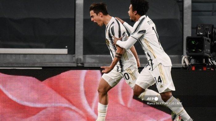 Penyerang Juventus asal Argentina Paulo Dybala (kiri) merayakan dengan gelandang Amerika Juventus Weston McKennie setelah mencetak gol kedua selama pertandingan sepak bola Serie A Italia Juventus vs Napoli pada 7 April 2021 di stadion Juventus di Turin.