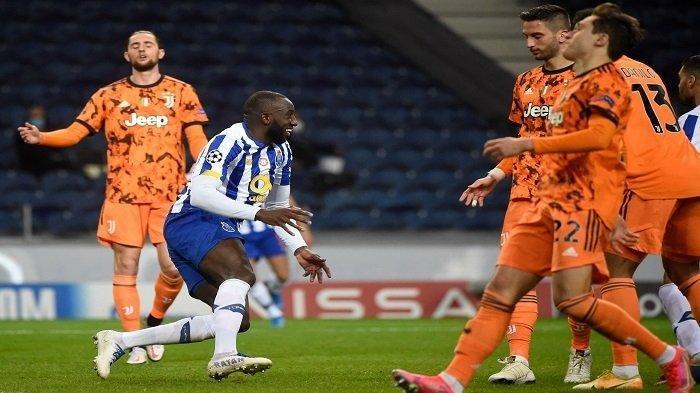 Penyerang Mali dari FC Porto, Moussa Marega (tengah) merayakan golnya pada pertandingan leg pertama babak 16 besar Liga Champions UEFA antara Porto dan Juventus di stadion Dragao di Porto pada 17 Februari 2021.