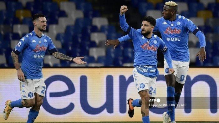 Penyerang Napoli Italia Lorenzo Insigne (2ndR) merayakan setelah membuka skor pada pertandingan sepak bola Serie A Italia Napoli vs Juventus pada 13 Februari 2021 di stadion Diego Maradona (San Paolo) di Naples. Filippo MONTEFORTE / AFP