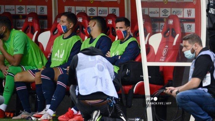 Penyerang Paris Saint-Germain Argentina Lionel Messi (tengah) duduk di bangku cadangan bersama rekan satu timnya sebelum pertandingan sepak bola L1 Prancis antara Stade de Reims dan Paris Saint-Germain (PSG) di Stade Auguste Delaune di Reims, Prancis utara pada 29 Agustus 2021 . Franck FIFE / AFP