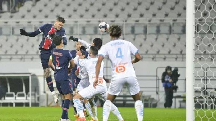 Aksi penyerang Paris Saint-Germain Mauro Icardi saat menyundul bola ke gawang Marseille dalam laga final Piala Super Prancis di Stadion Bollaert-Delleis, Lens, Rabu (13/1/2021).