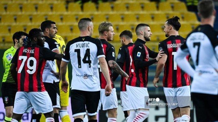 Penyerang Swedia AC Milan Zlatan Ibrahimovic (Belakang kanan) bereaksi setelah menerima kartu merah pada pertandingan sepak bola Serie A Italia Parma vs AC Milan pada 10 April 2021 di stadion Ennio-Tardini di Parma.