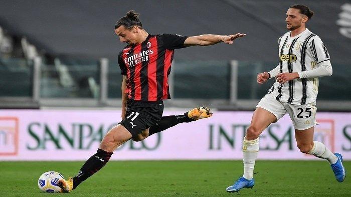 Penyerang Swedia AC Milan Zlatan Ibrahimovic (kiri) menembak tepat sasaran di depan gelandang Prancis Juventus Adrien Rabiot selama pertandingan sepak bola Serie A Italia Juventus vs AC Milan pada 09 Mei 2021 di stadion Juventus di Turin.