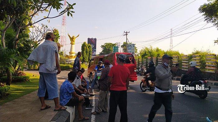 Geram Lantaran Tidak Kantongi Izin, Sopir Angkutan Singaraja-Denpasar Adang Mobil Travel