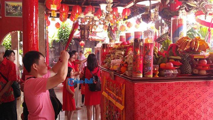 Masyarakat yang datang ke Vihara Dharmayana Kuta melaksanakan peribadatan yang dilakukan pada perayaan Tahun Baru China atau Imlek, Selasa (5/2/2019).