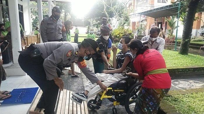Polsek Abiansemal Bantu Proses Vaksinasi untuk Warga Penyandang Disabilitasdi SMAN 1 Abiansemal