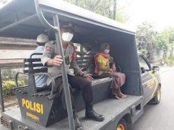 Lansia di Klungkung Dijemput Mobil Patroli untuk Vaksinasi Covid-19