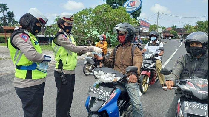 Tekan Penyebaran Covid-19, Satlantas Polres Badung Bagi-bagi Masker ke Para Pengguna Jalan