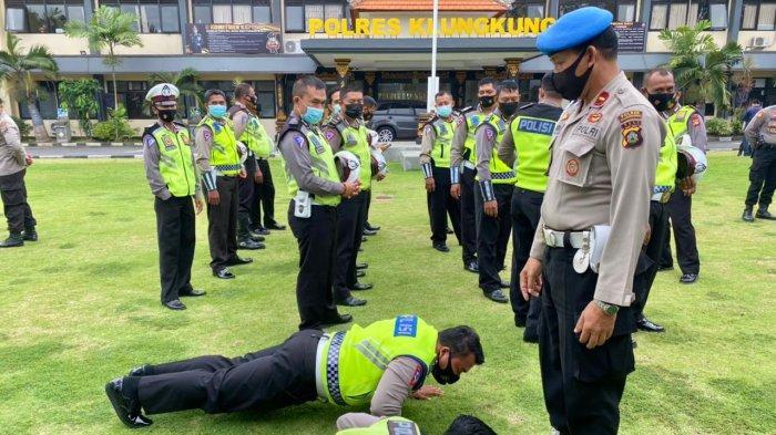 Tidak Disiplin, 2 Polisi Polres Klungkung Dihukum Pushup