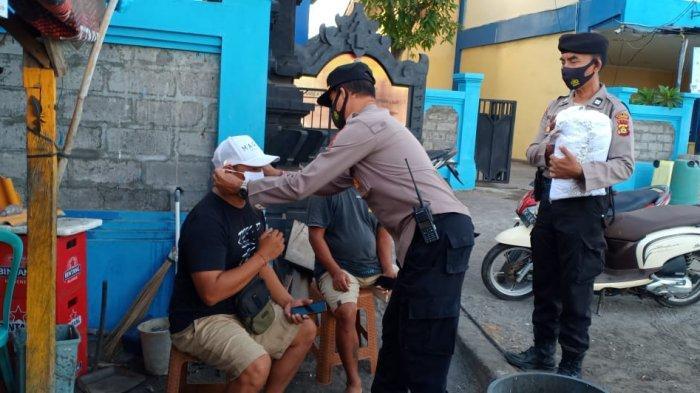 Pertahankan Zona Hijau, Personel Polsek Nusa Penida Bagi-bagi Masker Gratis di Pelabuhan Banjar Nyuh