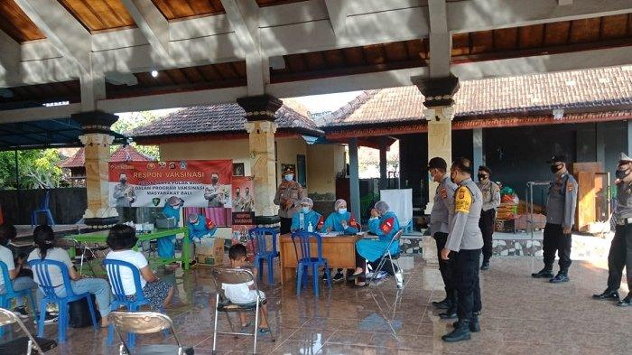 Personel Urusan Kesehatan Polres Klungkung Bantu Vaksinasi Covid-19 di Desa Kutampi Kaler