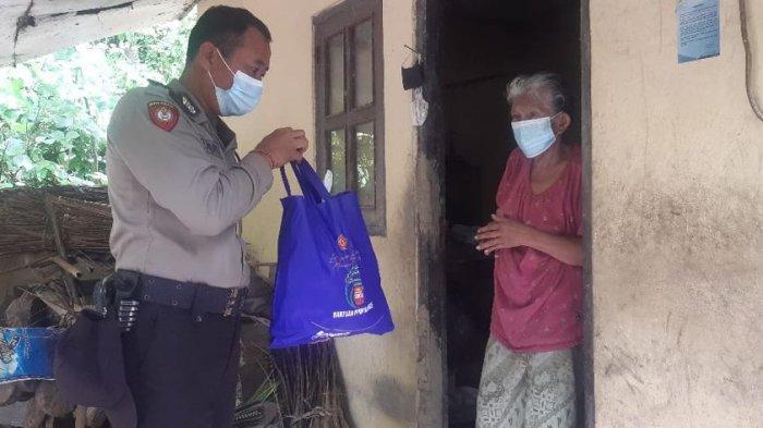 Sembari Mengedukasi Terkait Prokes, Polres Klungkung Salurkan Bantuan Paket Sembako Kepada Lansia