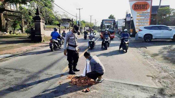 Jalan Berlubang Makan Korban Telah Ditutup, Kapolsek Sukawati Bali Himbau Masyarakat Waspada