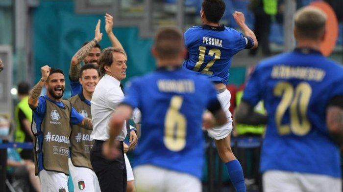 Para pemain Italia merayakan gol pembuka yang dicetak Matteo Pessina dalam pertandingan Grup A Euro 2020 Italia vs Wales di Stadion Olimpico, Minggu, 20 Juni 2021 malam WIB.