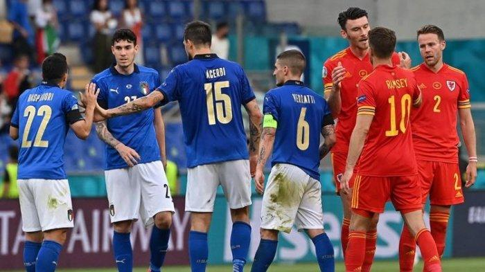 Para pemain usai pertandingan Grup A Euro 2020 Italia vs Wales di Stadion Olimpico, Roma, Italia, Minggu, 20 Juni 2021 malam WIB.