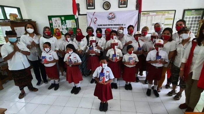 Pertiwi Bali Beri Bantuan Handphone untuk Siswa Sekolah Kurang Mampu di Bangli dan Karangasem