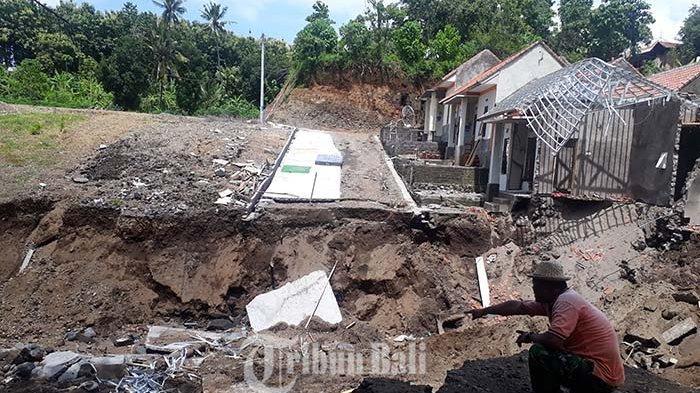Hujan Deras, Luapan Air Terjang Rumah Subsidi di Buleleng Hingga Ambles