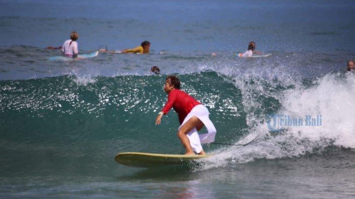 Surfing Kenakan Kebaya di Acara Kartini Go Surf di Bali, Bule Jerman Ini Kesulitan, Tapi Senang
